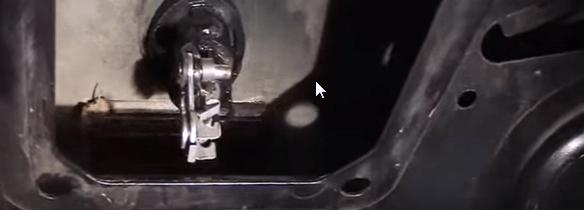 Zamena zamka bagazhnika Renault Logan1 - Устройство замка багажника рено логан
