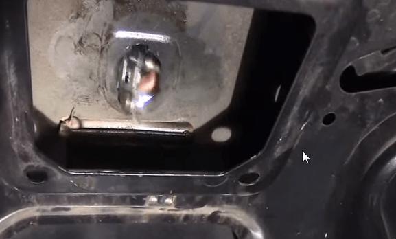 Zamena zamka bagazhnika Renault Logan5 - Устройство замка багажника рено логан